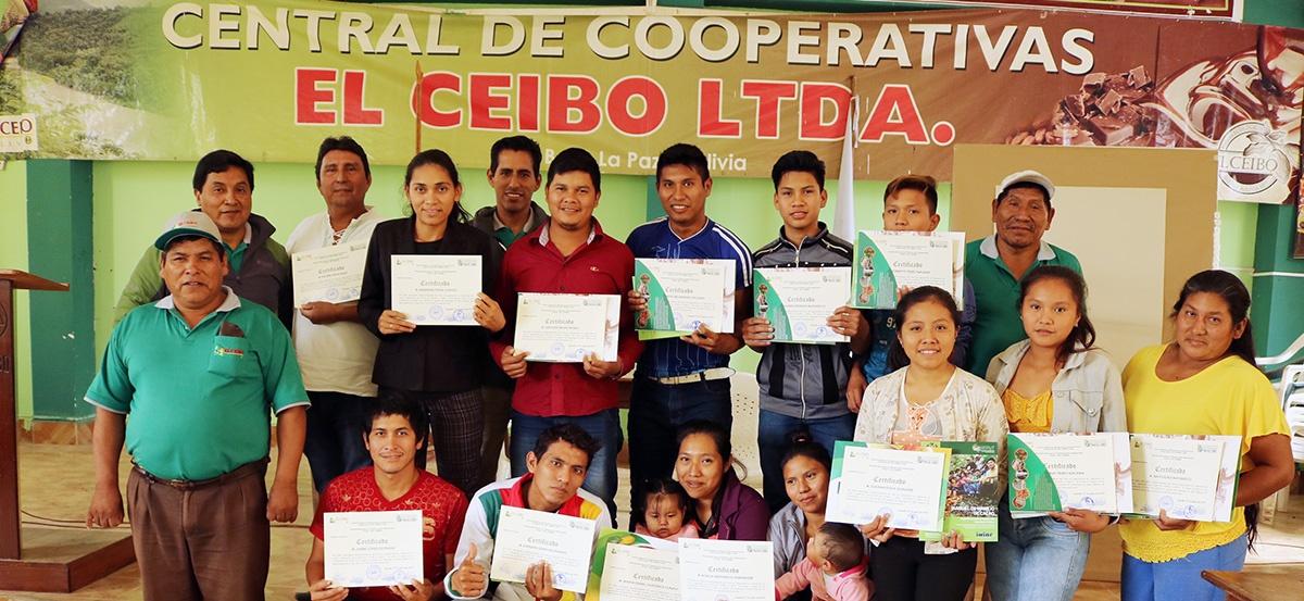 Jóvenes indígenas de la Amazonía sur se capacitan en técnicas de injerto en cacao