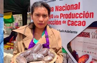 Jóvenes promocionan productos del Norte Amazónico de Bolivia en la Feria del Cacao y Frutos Amazónicos.