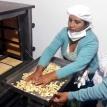 Mujeres transforman granos en desayuno escolar en Pojo